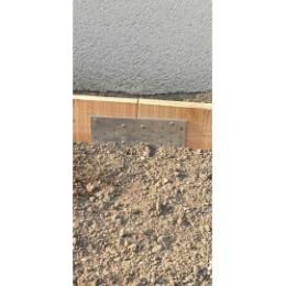 Plaque de jonction pour bordure en planche de bois