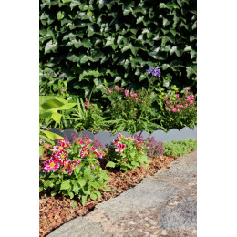 paillis naturel au milieu de compositions florales