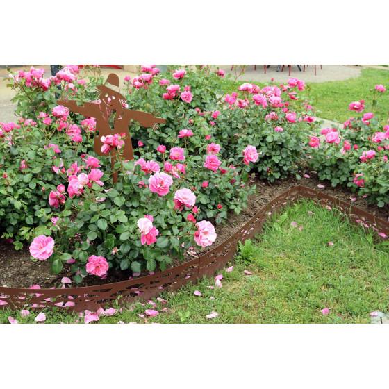 bordure en acier avec massif de roses